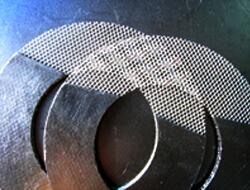 Grafitové tesnenie vystužené kovovou sieťkou